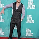 Chris Hemsworth arrived on the red carpet at the MTV Movie Awards.