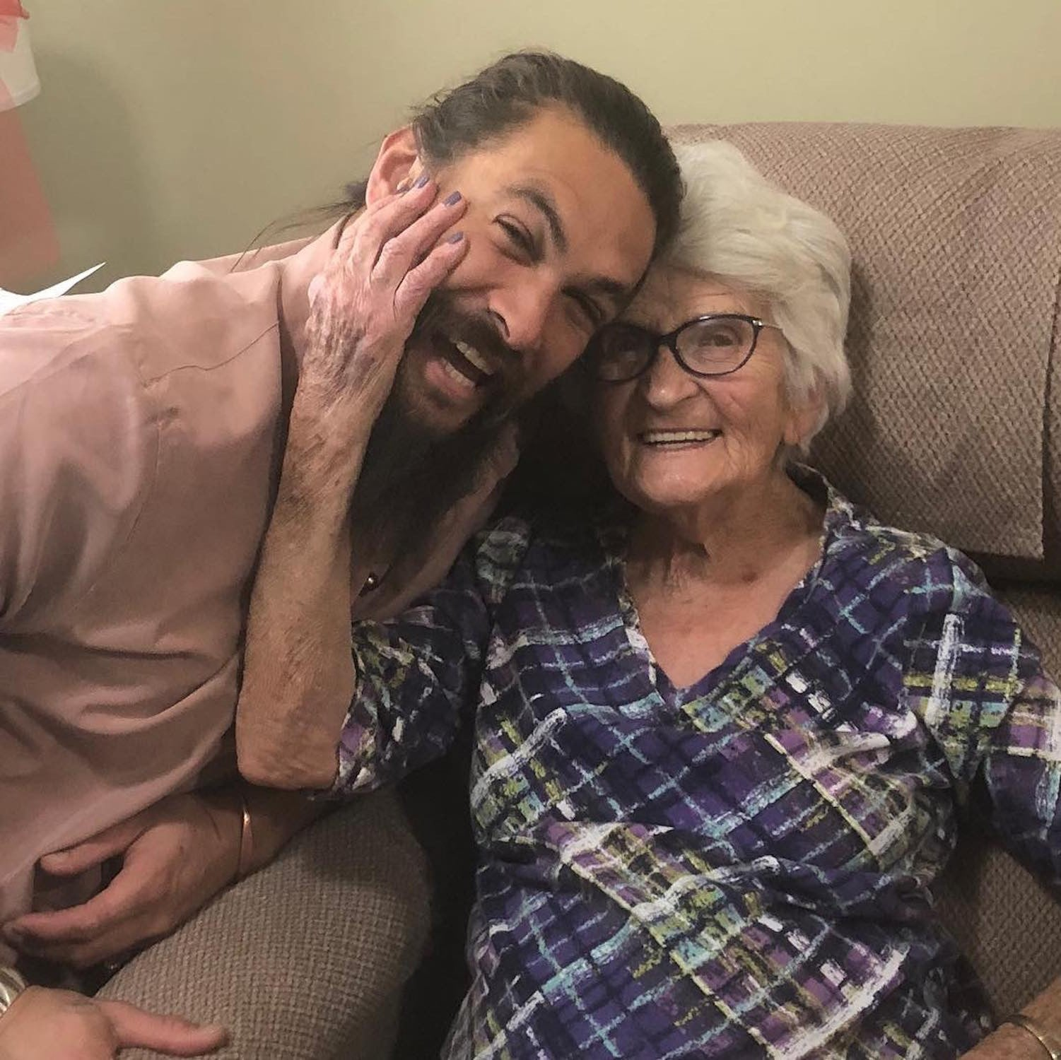 Jason Momoa Visiting His Grandma In Iowa 2019 Video Popsugar Celebrity