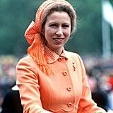 الأميرة آن ترتدي قبعة ووشاحاً برتقاليّين بنقشة البولكا في حدث خيريّ أُقيم بحديقة هايد بارك عام 1979.