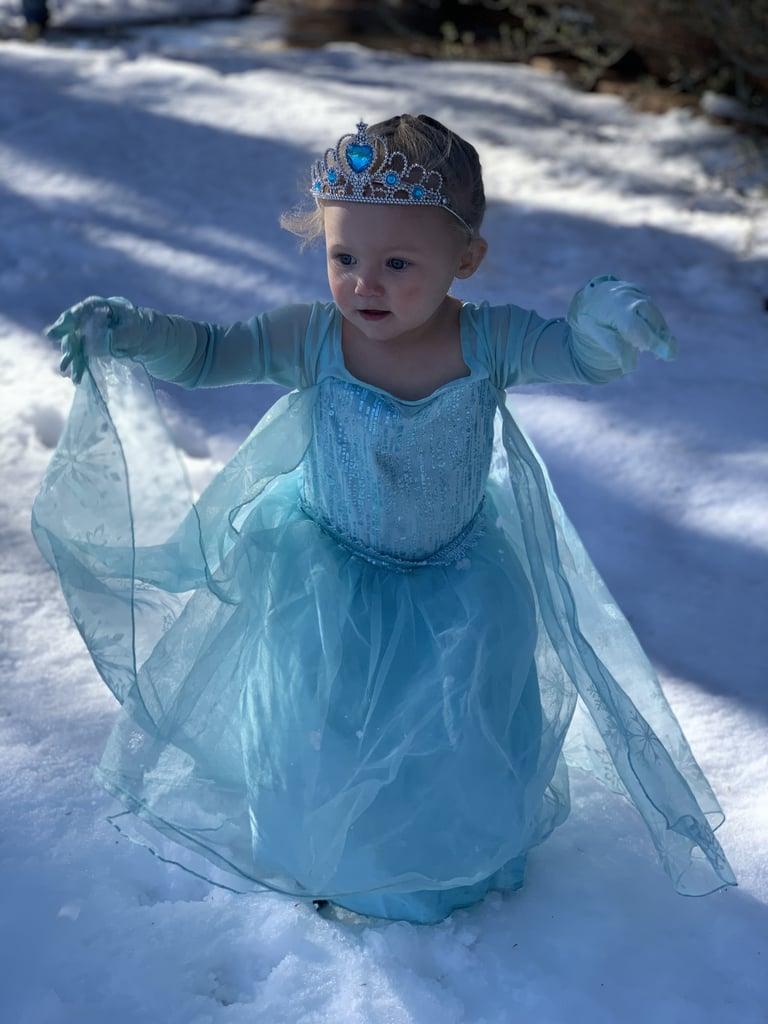 "2-Year-Old Girl Singing ""Let It Go"" Dressed as Elsa | Video"