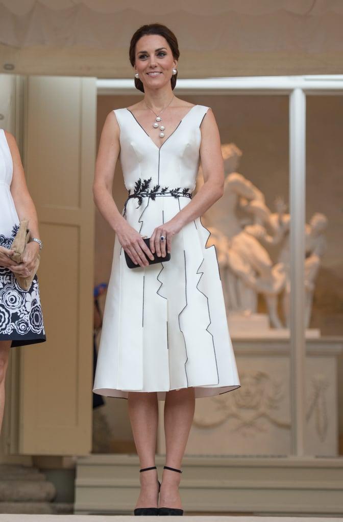 خلال زيارة كيت الرسميّة لبولندا وألمانيا في شهر يوليو 2017، حضرت دوقة كامبريدج حفلة عيد ميلاد الملكة بفستان من تصميم غوسيا باكزينسكا وحملت حقيبة كلتش رائعة من علامة برادا.