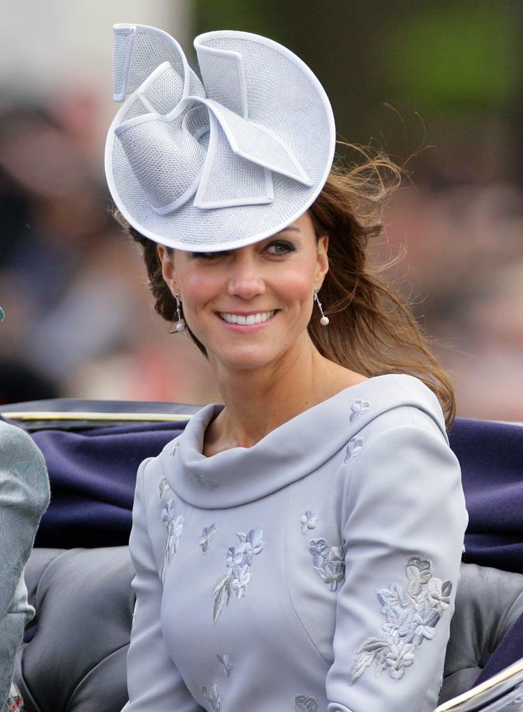 """أضافت كيت لمسة مميّزة تتماشى مع فستان علامة """"إرديم"""" الرماديّ بقبعة من جان كوربيت في موكب Trooping the Colour  عام 2012."""