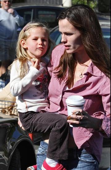 Jen Garner and Violet go grocery shopping