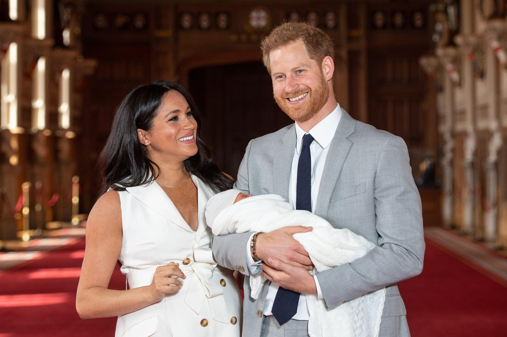 ویندزور ، انگلستان - 08 مه: شاهزاده هری ، دوک ساسکس و مگان ، دوشس ساسکس ، در کنار پسر تازه متولد شده خود Archie Harrison Mountbatten-Windsor هنگام عکسبرداری در سالن سنت جورج در قلعه ویندزور در 8 مه 2019 در ویندزور انگلیس ژست گرفتند.  دوشس ساسکس در ساعت 05:26 روز دوشنبه 06 مه ، 2019 به دنیا آمد. (عکس توسط دومینیک لیپینسکی - استخر WPA / گتی ایماژ)