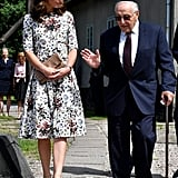 خلال اليوم الثاني من جولتها الملكيّة في بولندا وألمانيا بشهر يوليو 2017، ارتدت كيت ثوباً جميلاً مطبّعاً بالورود من تصميم إيرديم وحملت حقيبة كلتش من علامة إتوي.