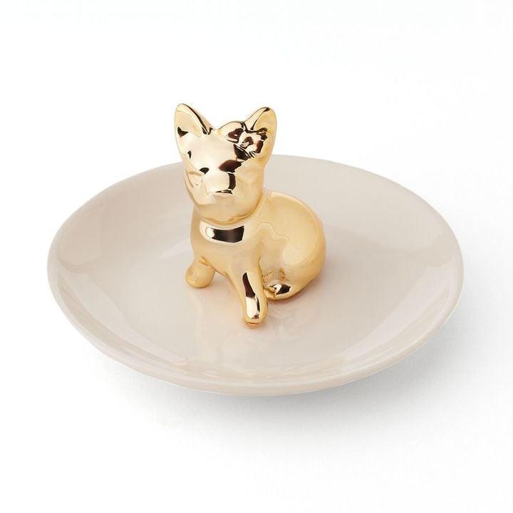 صحن سيراميك للحليّ يتوسّطه تحفة كلب البولدوغ الفرنسيّ (بسعر 22$ دولار أمريكي؛ 81 درهم إماراتيّ/ريال سعوديّ)