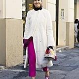 لا تتردّدي بارتداء الكنزة الشتويّة مع بنطال وحذاء مسطّح بألوان جريئة