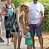 Elizabeth Banks walked in Hawaii with her family.