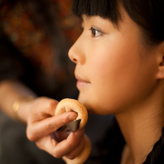 How to Apply Face Powder in Summer