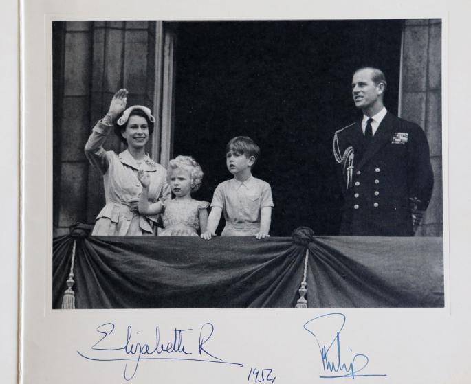 بطاقة من الملكة، 1954