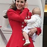 Mutter sein und dabei gut aussehen ist nicht immer ganz leicht. Vor allem nicht, wenn man versucht bei Wind mit einem Baby in der Hand aus dem Flugzeug auszusteigen und dabei auch noch die Haare im Zaum zu halten.