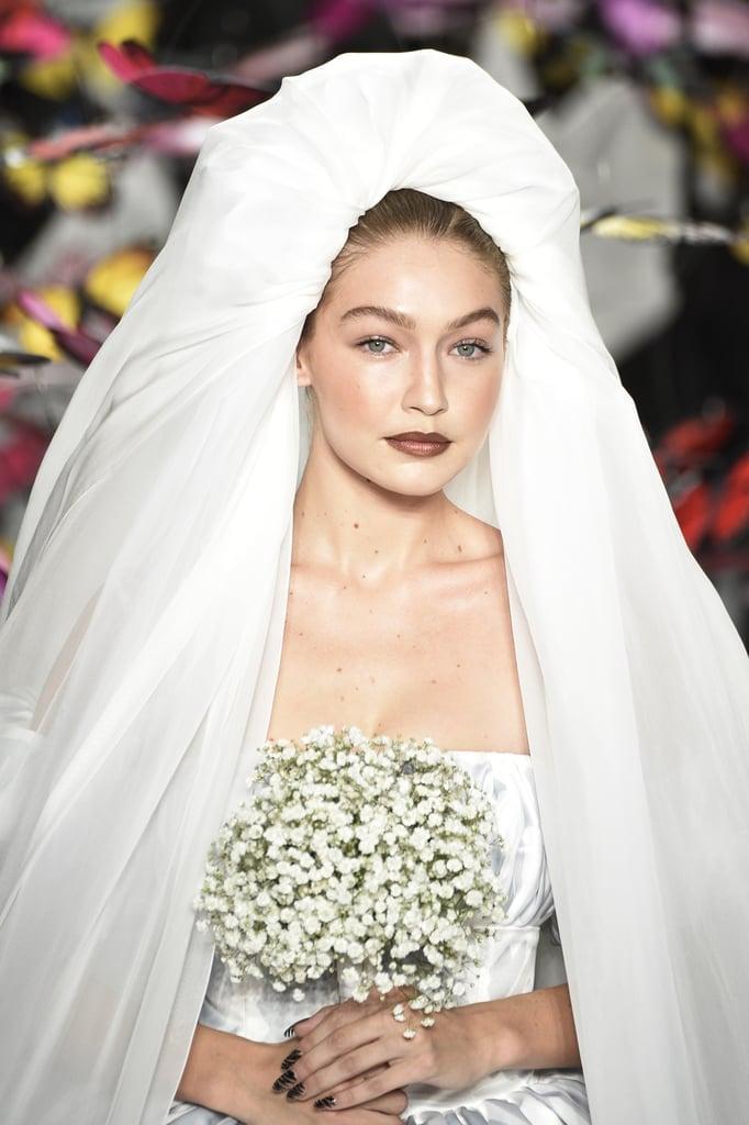 جيجي حديد على ممشى أزياء موسكينو لمجموعة ربيع وصيف 2020