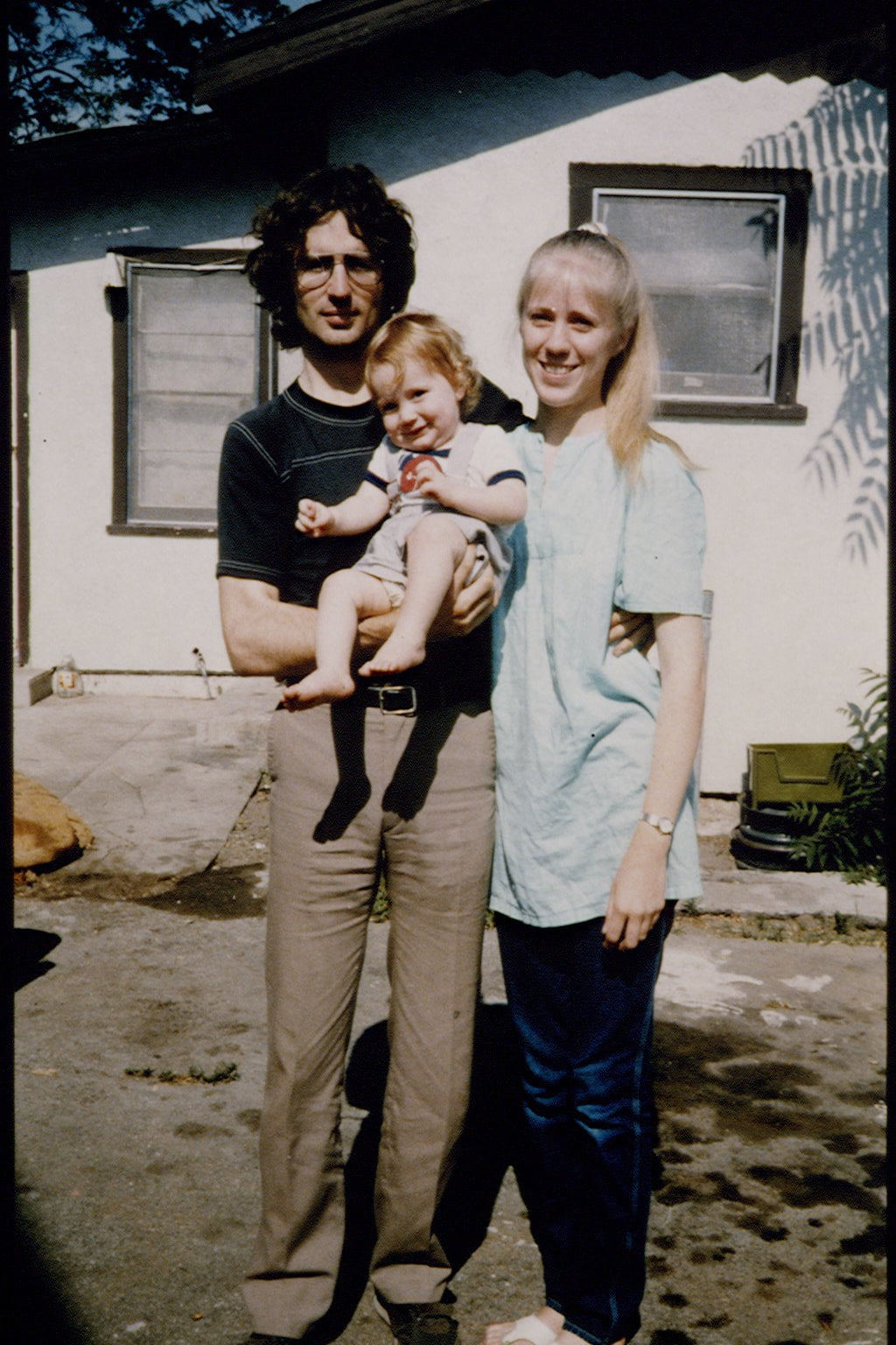 Vernon Wayne Howell, known as David Koresh, his wife Rachel, and their son Cyrus in front of their house.  (Photo by Elizabeth Baranyai/Sygma via Getty Images)