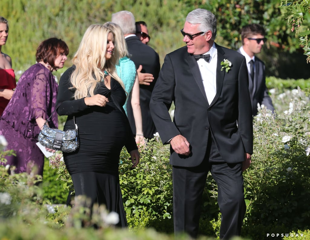 Jessica Simpson had the help of an usher.