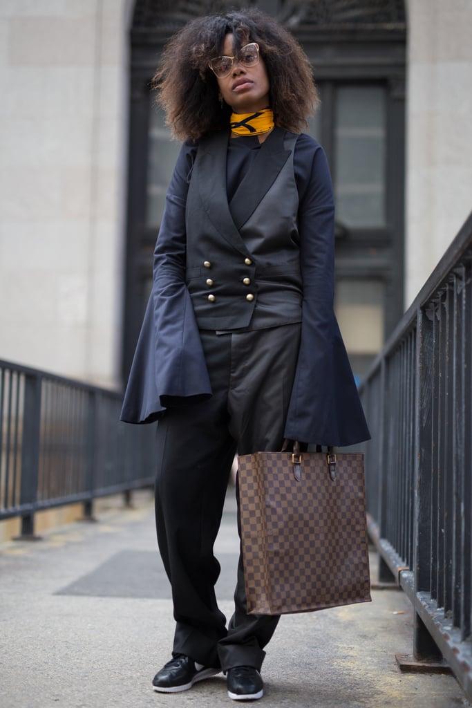 أحدث الطرق لارتداء اللون الأسود هي من خلال تنسيقه مع الكحلي. يبدو أنّ اللونان جميلان جدّاً مع بعضهما، كما أن هذا المزيج هو خيار سهل جداً يلائم كافة المناسبات.
