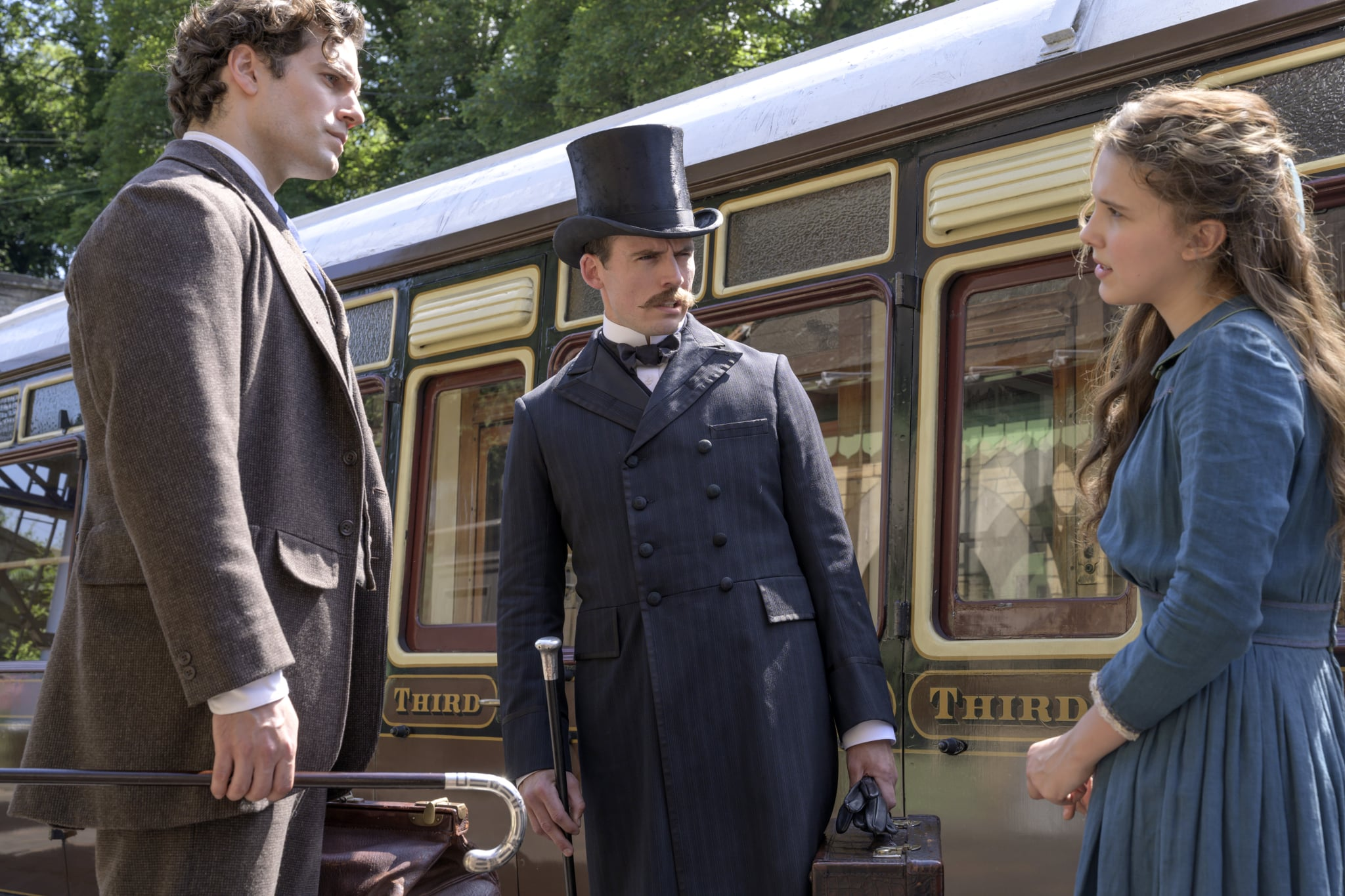 ENOLA HOLMES (L to R) HENRY CAVILL as Sherlock Holmes, SAM CLAFLIN as MYCROFT HOLMES, MILLIE BOBBY BROWN as ENOLA HOLMES. Cr. ALEX BAILEY/LEGENDARY ©2020