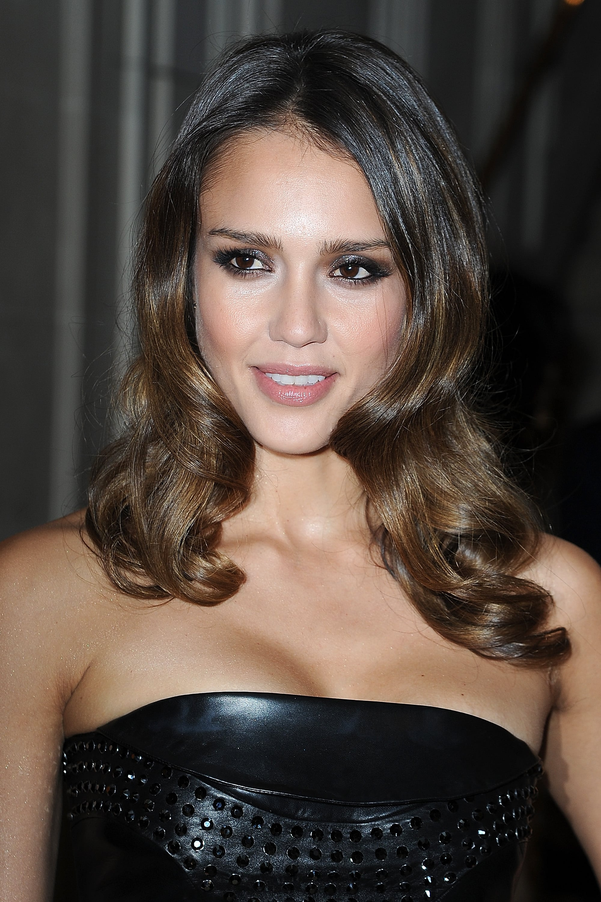 Jessica Alba gave a sexy smile at the Versace show for Paris Fashion Week.