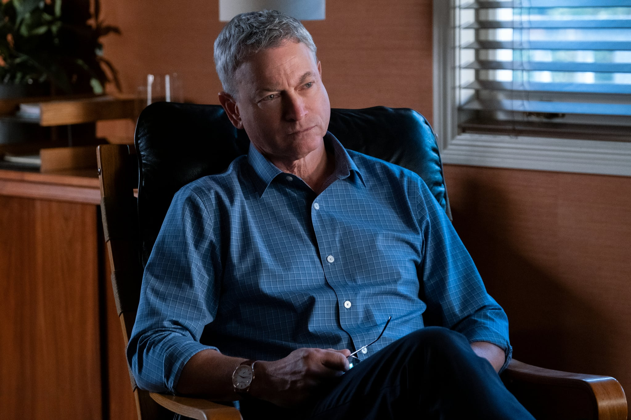 13 REASONS WHY  (L to R) GARY SINISE as DR. ROBERT ELMAN in episode 402 of 13 REASONS WHY  Cr. DAVID MOIR/NETFLIX  2020