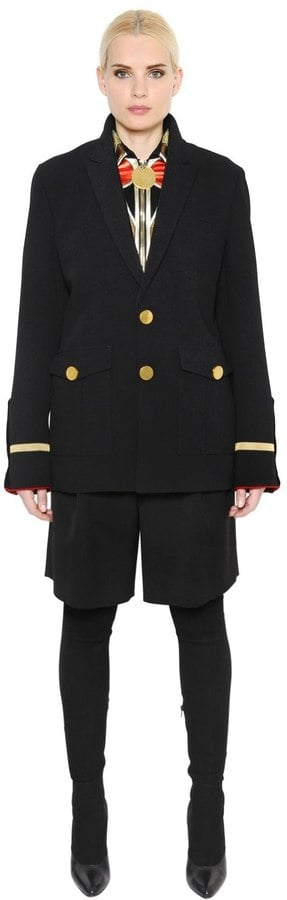 معطف صوفيّ ومخمليّ بطابع عسكريّ من علامة Givenchy
