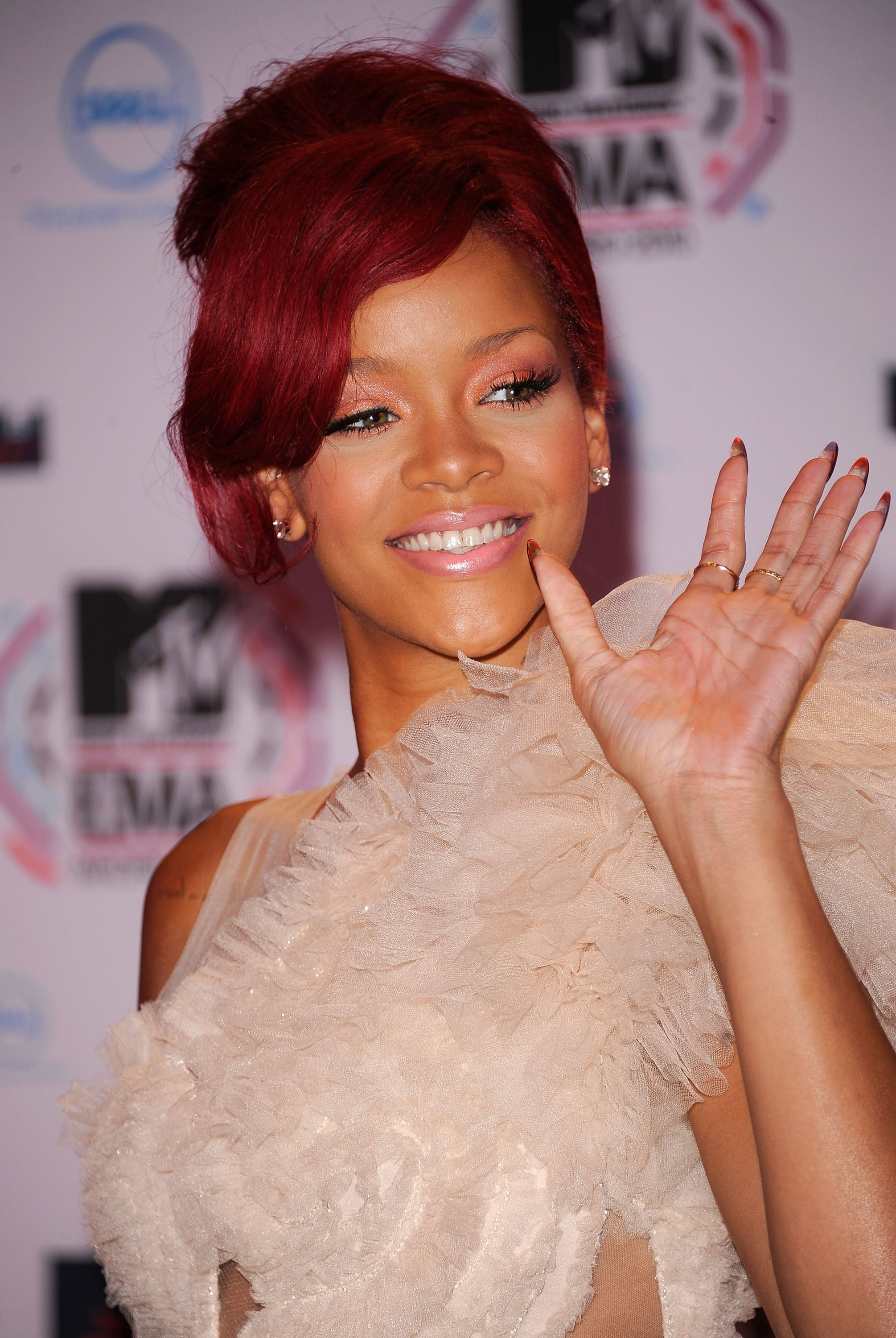 rihanna hair style rihanna on the 2010 mtv europe awards carpet 8903