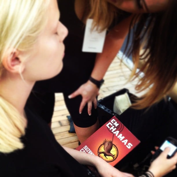 We spotted a model at Yigal Azrouel reading The Hunger Games (in Portuguese).