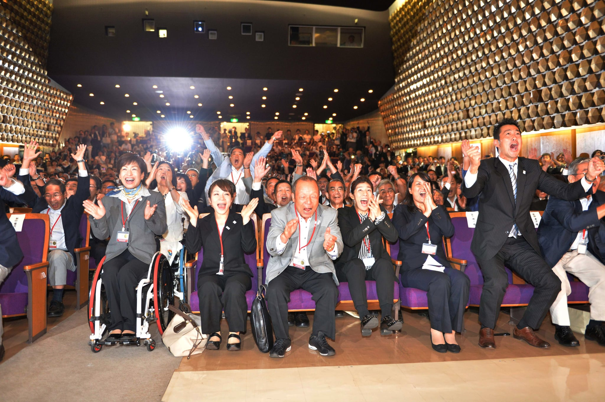 . . . And at a viewing of the announcement at Tosho Hall, past and present athletes jumped from their seats!
