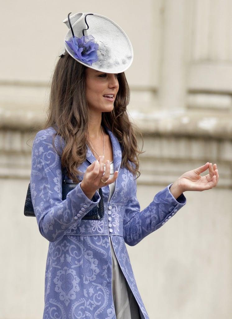 قامت كيت بإضافة قبعة ذات زخارف الزهور مُتمّمة لإطلالتها عند حضورها لحفل زفاف في عام 2009.