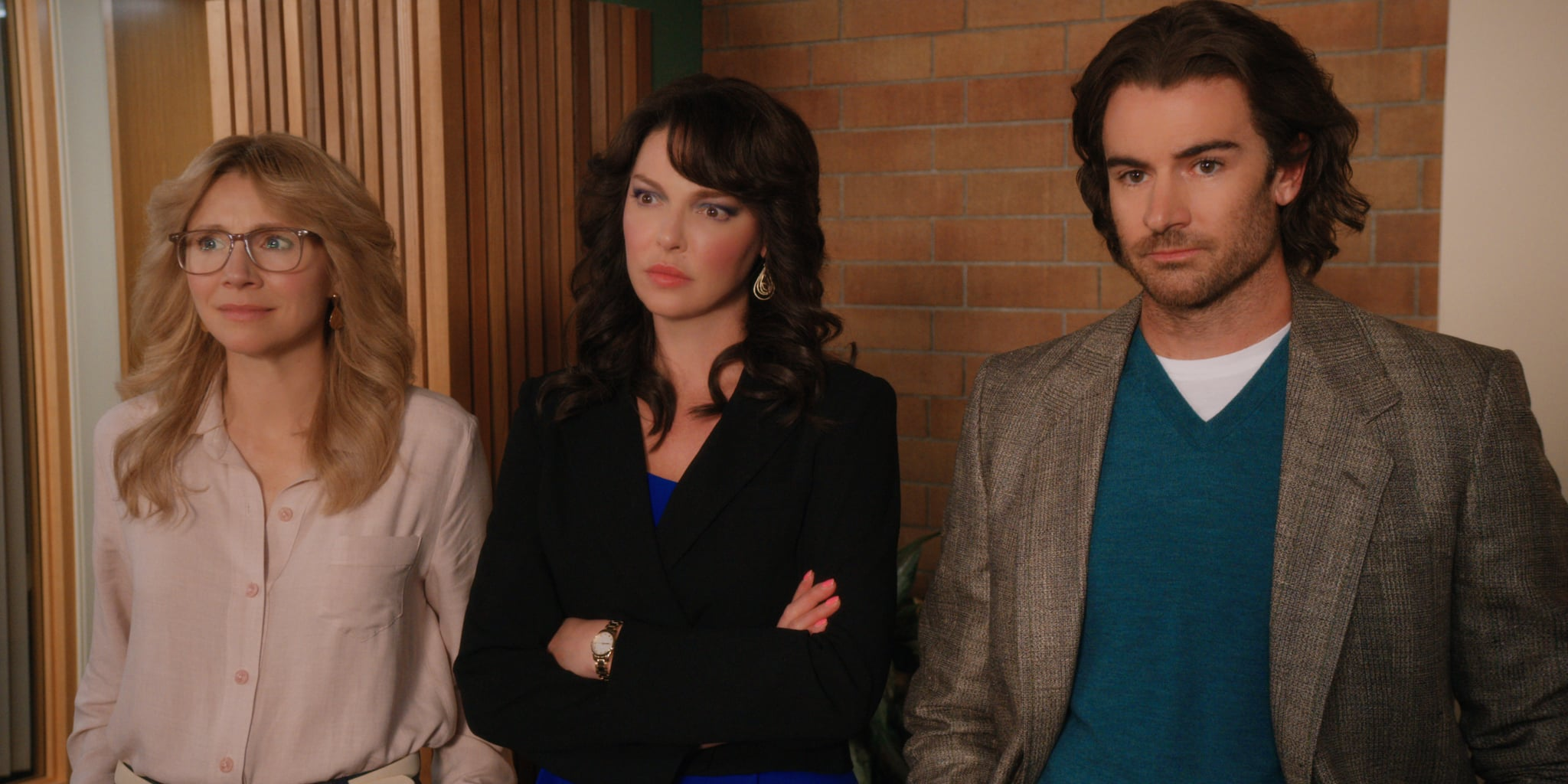FIREFLY LANE (L to R) SARAH CHALKE as KATE, KATHERINE HEIGL as TULLY, and BEN LAWSON as RYAN in episode 102 of FIREFLY LANE. Cr. COURTESY OF NETFLIX  2020
