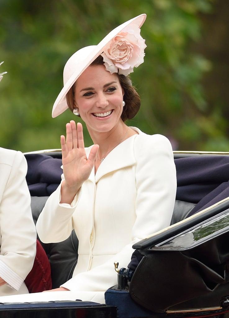 بدت كيت ميدلتون جميلة كالعادة بالفتسان الأبيض على شكل المعطف وأقراط اللؤلؤ.