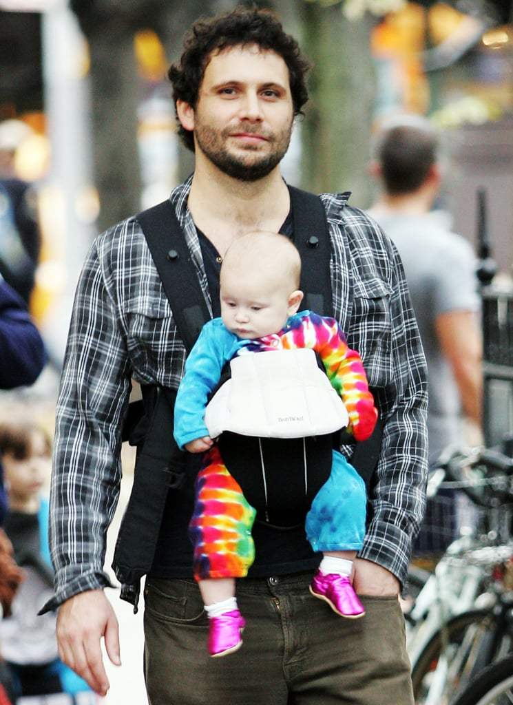 Jeremy Sisto looked pretty comfortable carrying baby Charlie in a BabyBjörn during a stroll in NYC back in 2009.