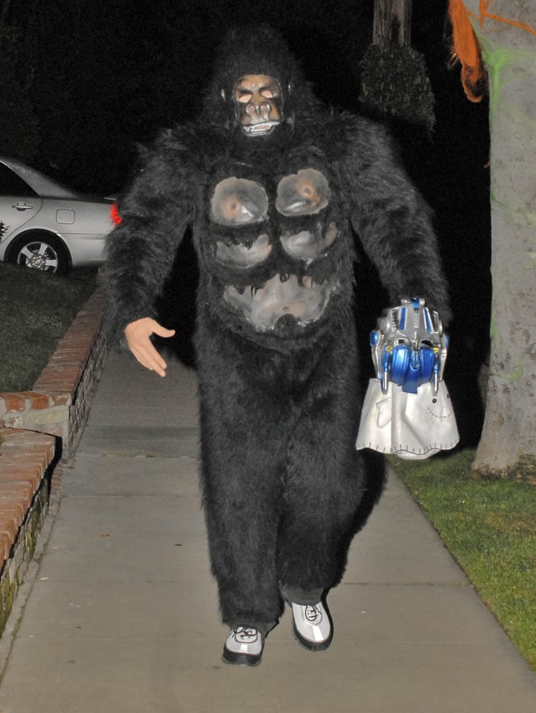 jake gyllenhaal covered up in a gorilla costume in 2007