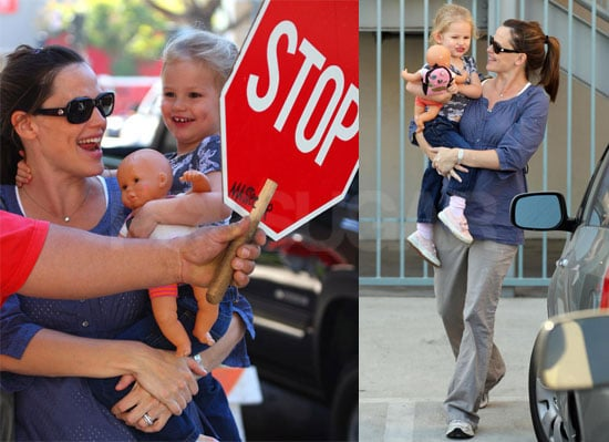Photos of Jennifer Garner and Violet Affleck Laughing Behind Stop Sign, Ben Affleck to Host SNL November 1