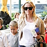 Reese Witherspoon carried her wallet, purse, and cash in her left hand.