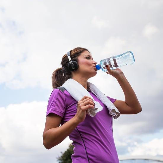 مقدار الماء الذي تحتاجين لشربه عندما يكون الجو حارّاً