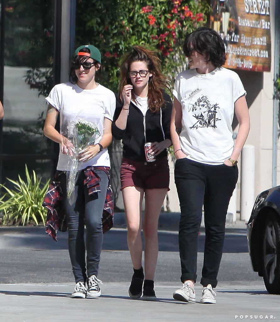 Kristen Stewart got together with pals for a pizza stop in LA while her boyfriend Robert Pattinson was in NYC.