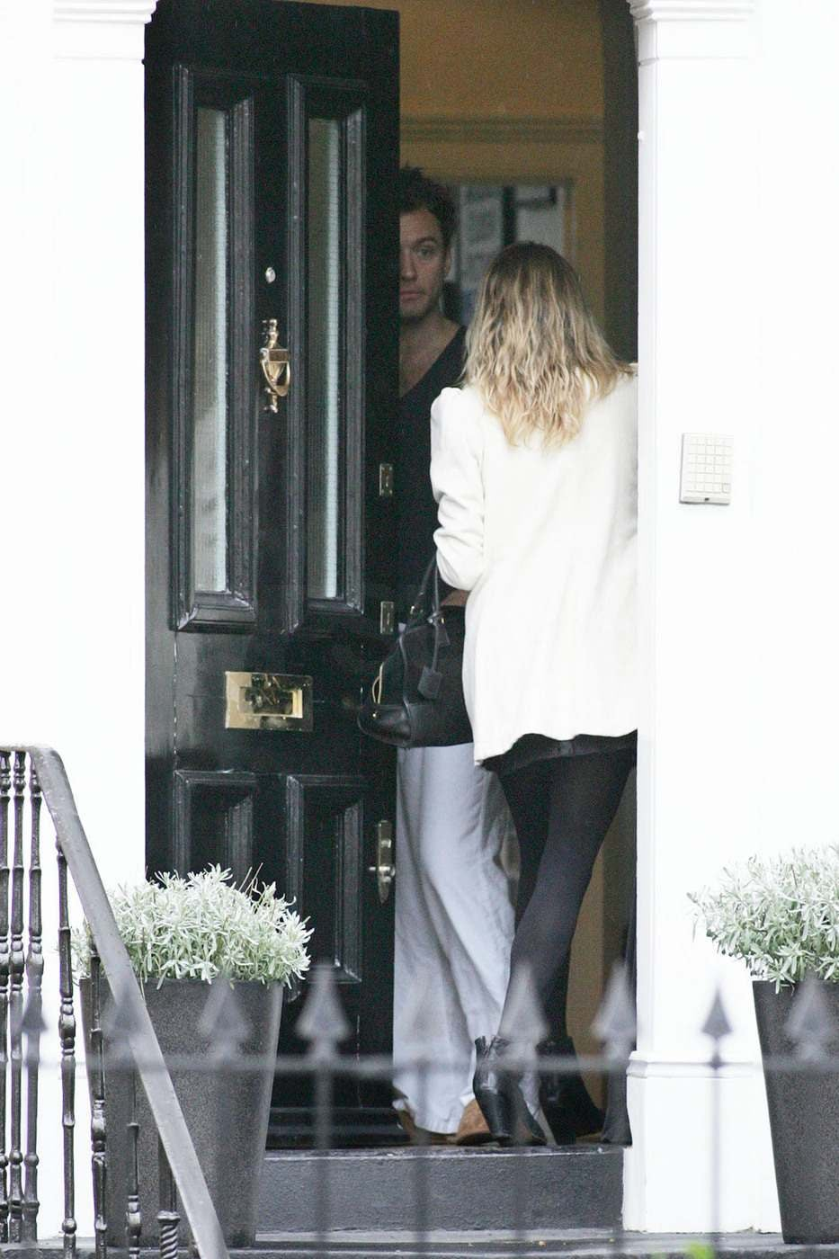 Photos of sienna miller trying to sneak discretely out of for Sienna house