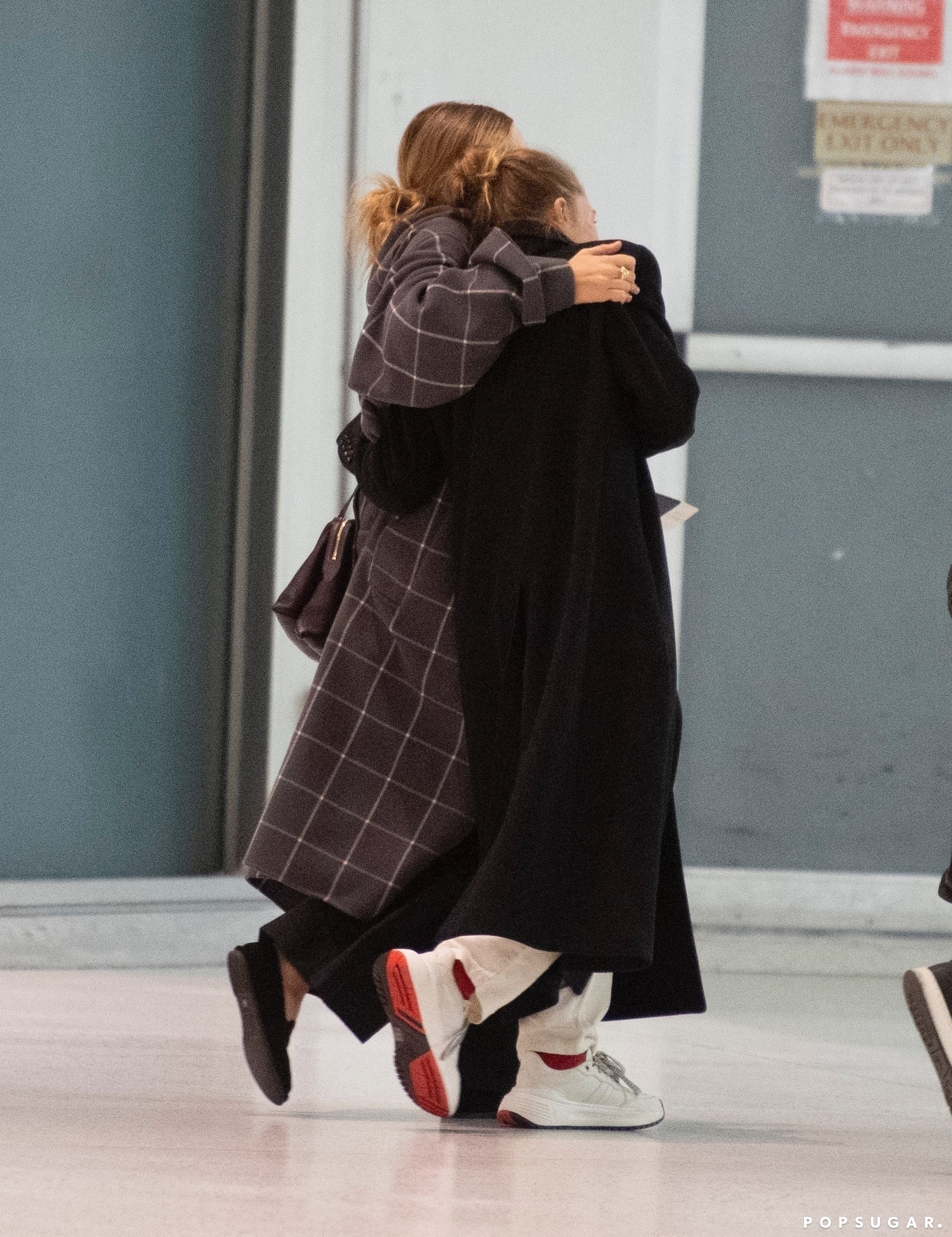 Mary Kate And Ashley Olsen Wear Cool Flats To The Airport Popsugar Fashion
