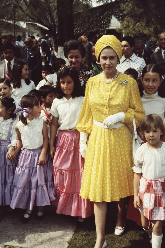 الملكة البريطانيّة مرتديةً تورباناً أصفر مستوحى من إطلالة إليزابيث تايلور خلال رحلتها إلى المكسيك عام 1975.