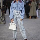 احشري قميص السحّاب الواسع لديكِ تحت بنطال جينز الأمّهات وأتمّي إطلالتكِ بارتداء حذائكِ المفضّل