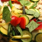 نودلز مع الخضروات الملونة محضرة بطريقة القلي السريع