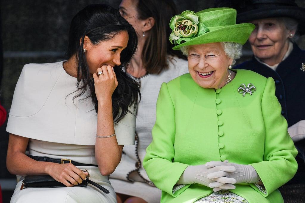 الدوقة ميغان ماركل والملكة إليزابيث الثانية تتشاركان الضحكات خلال أوّل مشاركة لهما معاً بمناسبة رسميّة في شهر يونيو 2018.