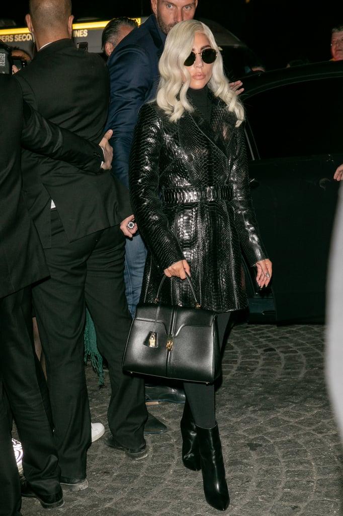 مرتديةً زيّاً من مجموعة عز الدين عليّة لخريف 2017 مع حقيبة يد من علامة سيلين.