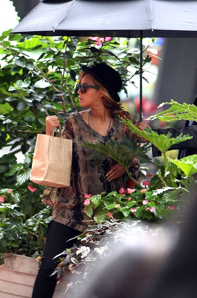Beyoncé Knowles juggled a brown bag.