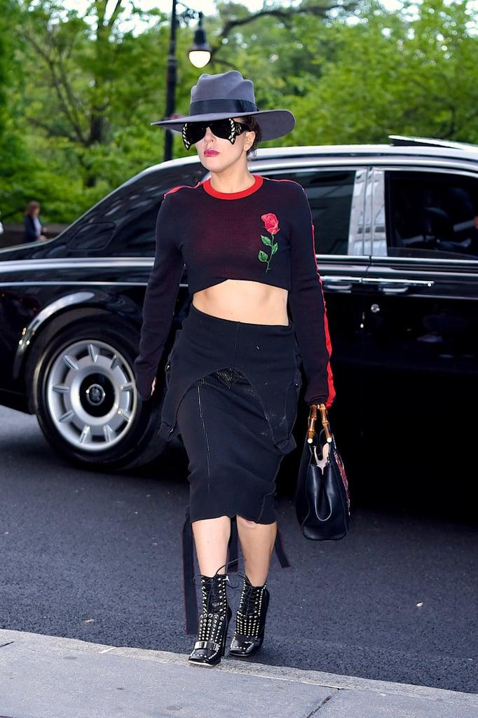 """مرتديةً قطعة """"كروب توب"""" من تصميم مارسيلو برلون مع مريول أسود من تصميم ويسلي هاريوت (ارتدته كتنورة)."""