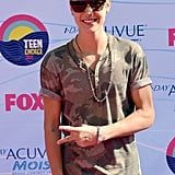 Justin Bieber gave the peace sign at the Teen Choice Awards.