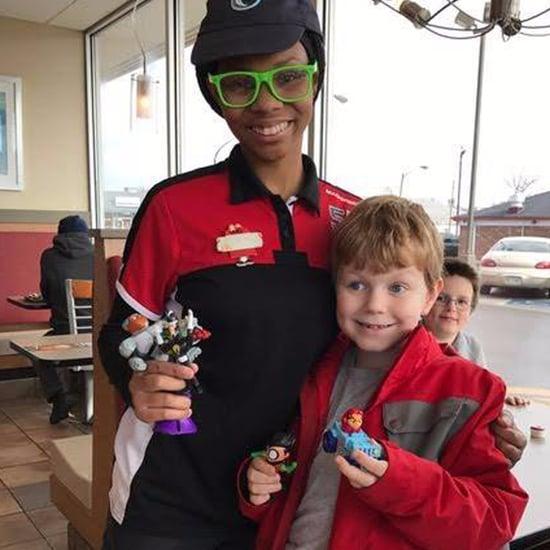 موظفة الكاشير في ماكدونالدز تعطي ألعاب لطفل مصاب بالتوحد