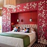 إن كنتِ تريدين تصميماً فخماً، فتأمّلي فكرة تركيب خزانات مدمجة لتكوّن إطاراً لسريرك. ستزداد روعتها إن قمت بوضع طبقة من الطلاء الأحمر والزخرفة الصينيّة عليها. Source: Redmond Aldrich Design
