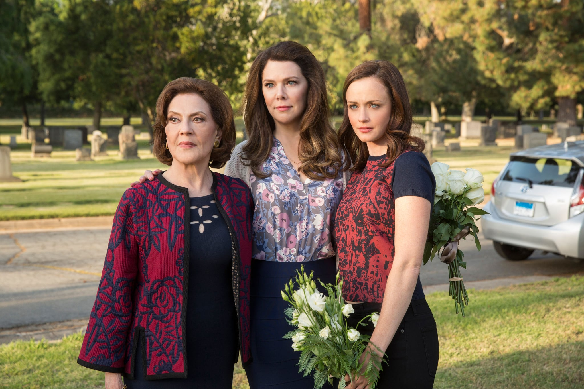 GILMORE GIRLS: A YEAR IN THE LIFE, Kelly Bishop, Lauren Graham, Alexis Bledel in 'Summer', (Season 1, Episode 103, aired November 25, 2016), ph: Robert Voets / Netflix / courtesy Everett Collection