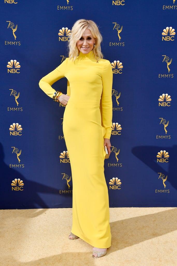Judith Light en robe de soirée jaune fourreau à manche longue Emmy 2018