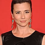 Linda Cardellini opted for flicked-out liner and well-groomed brows, a no-fail coupling.